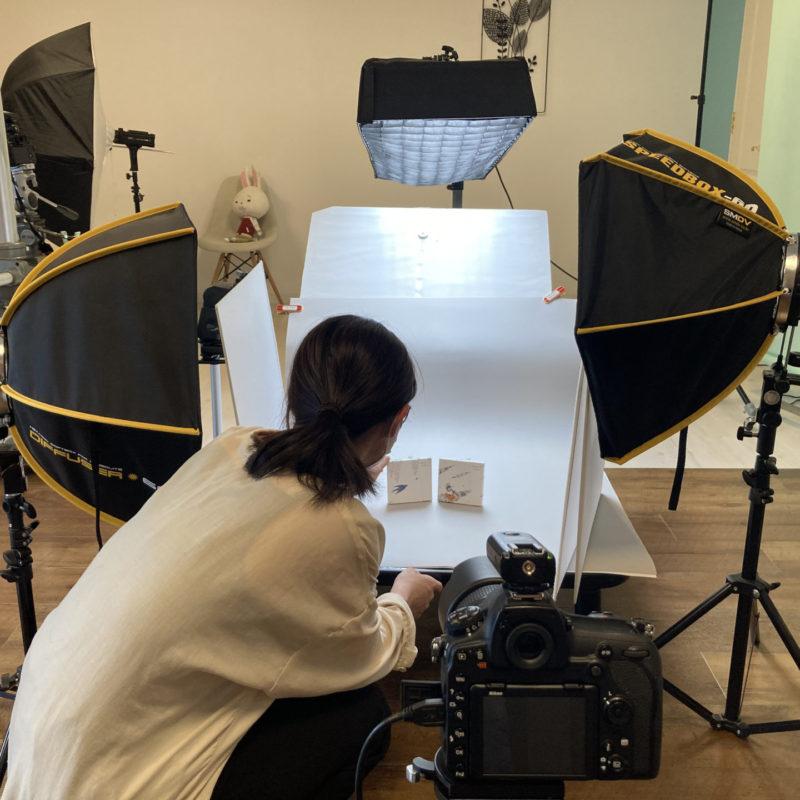 新作の撮影。九谷色絵河田里美「藤と燕」と「山翡翠」をチラ見せ。